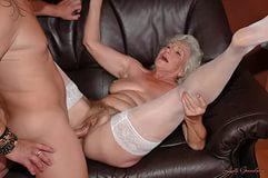 Богатенькая бабулька впускает в себя секс палочку